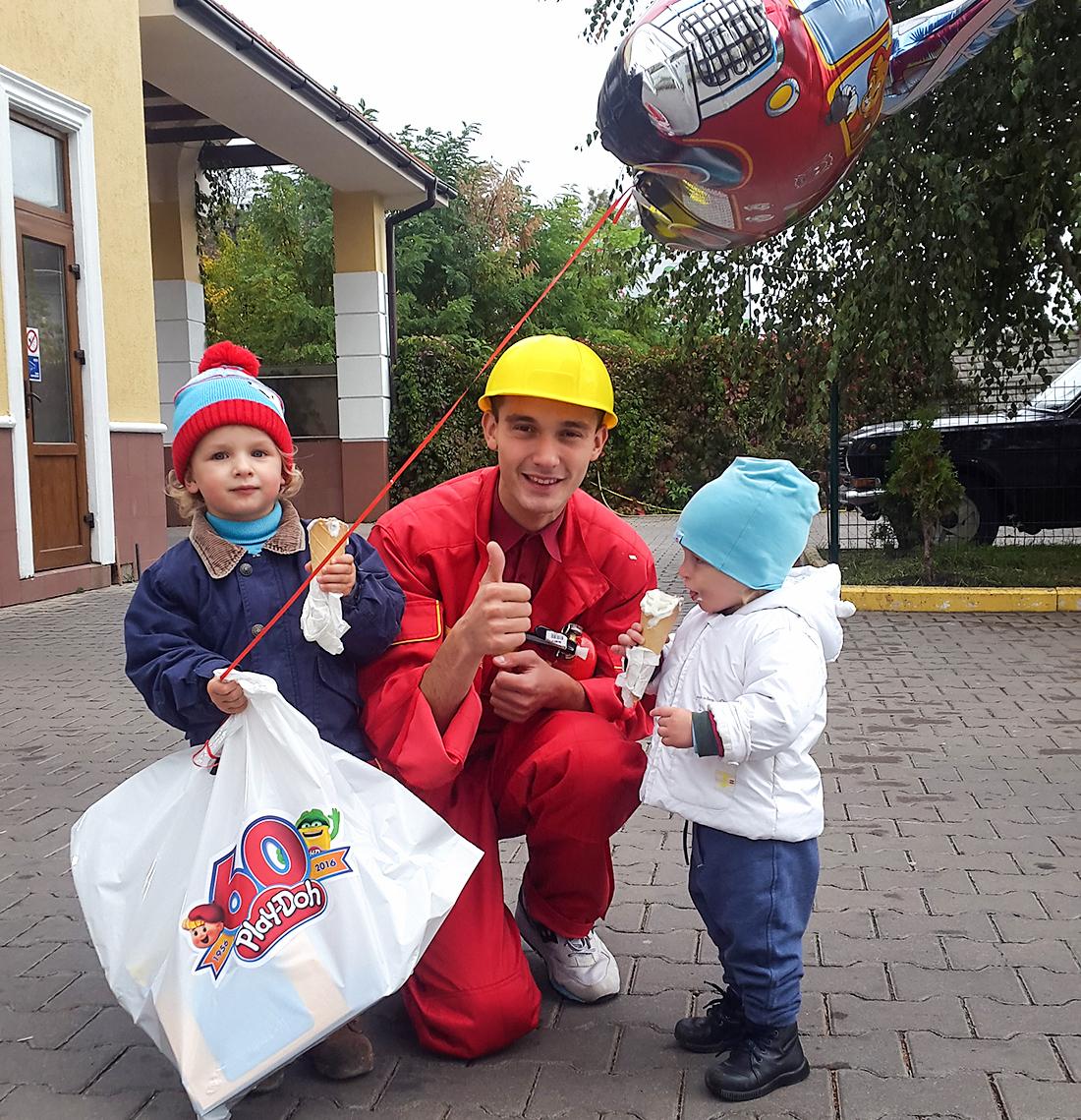 Два набора Play-Dog Town – пожарных и продавца мороженого – нам привез приветливый пожарный.