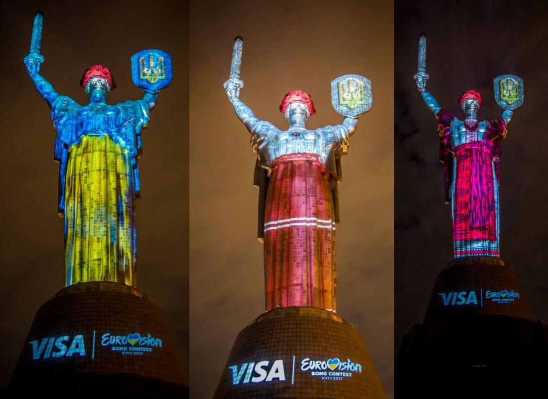 родина мать в украинских костюмах от visa