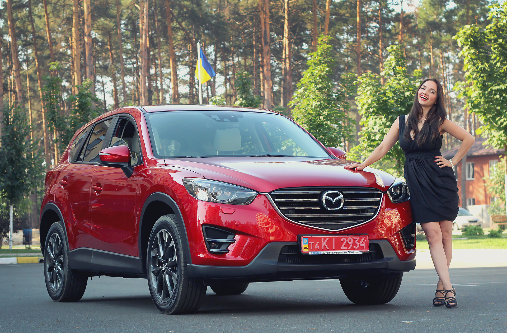 Рестайлинговая Mazda CX-5 2015 года в Premium-комплектации с бензиновым двигателем на 2,5 л