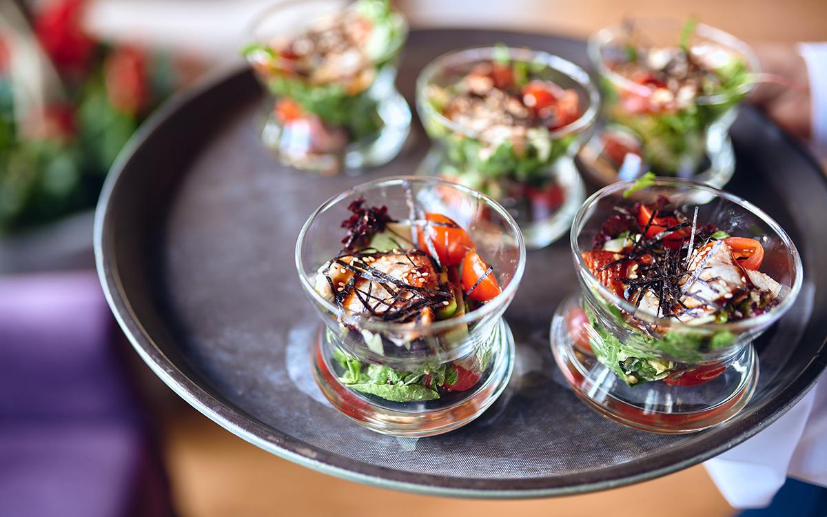 азиатский салат с угрем и авокадо, ресторан villa riviera
